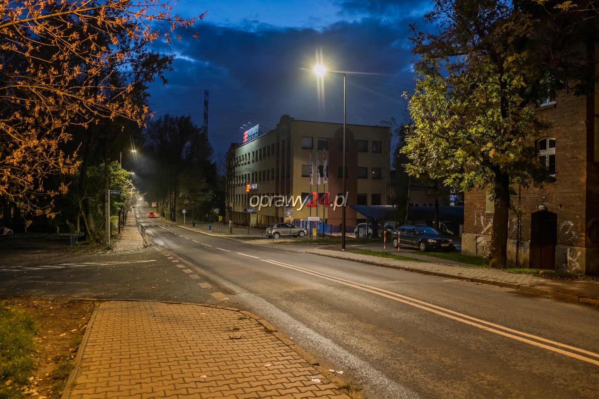 Ulica Hallera w białym świetle