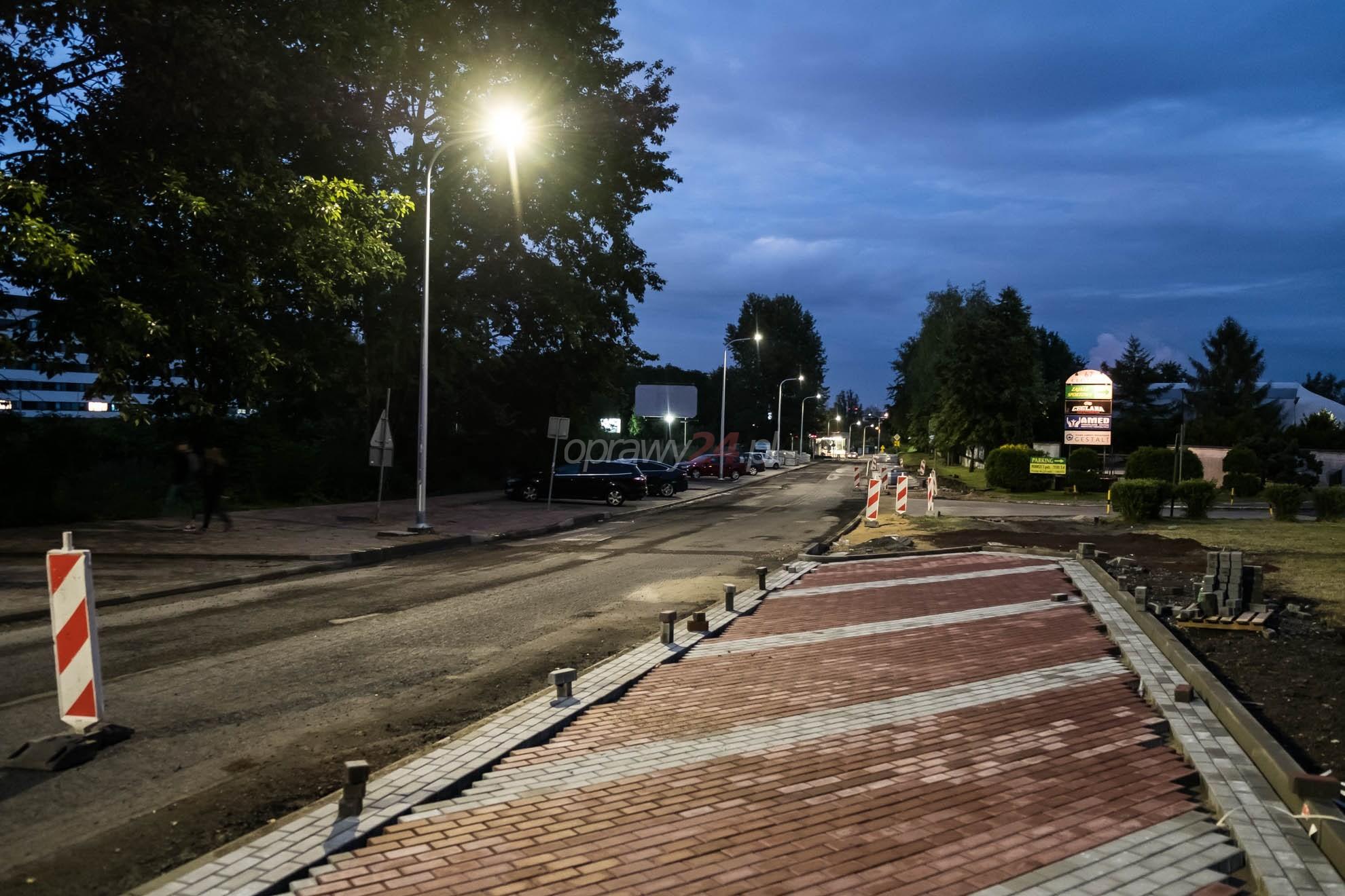 Ulica Ceglana w białym świetle