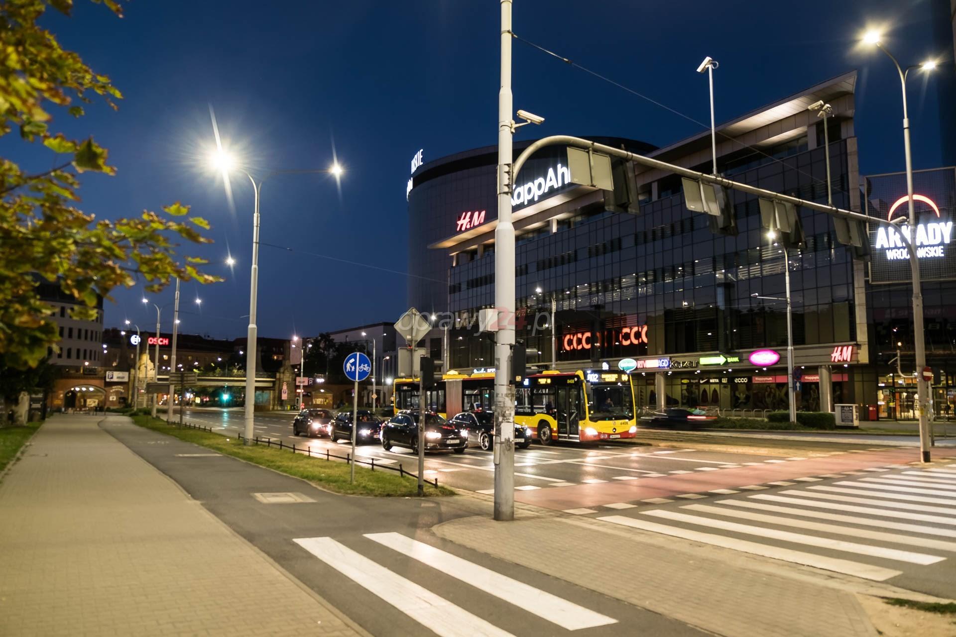 Ulica Powstańców Śląskich w białym świetle